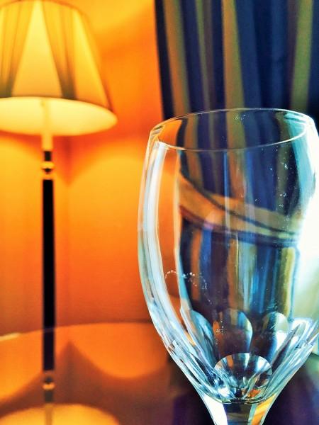 部屋とグラス
